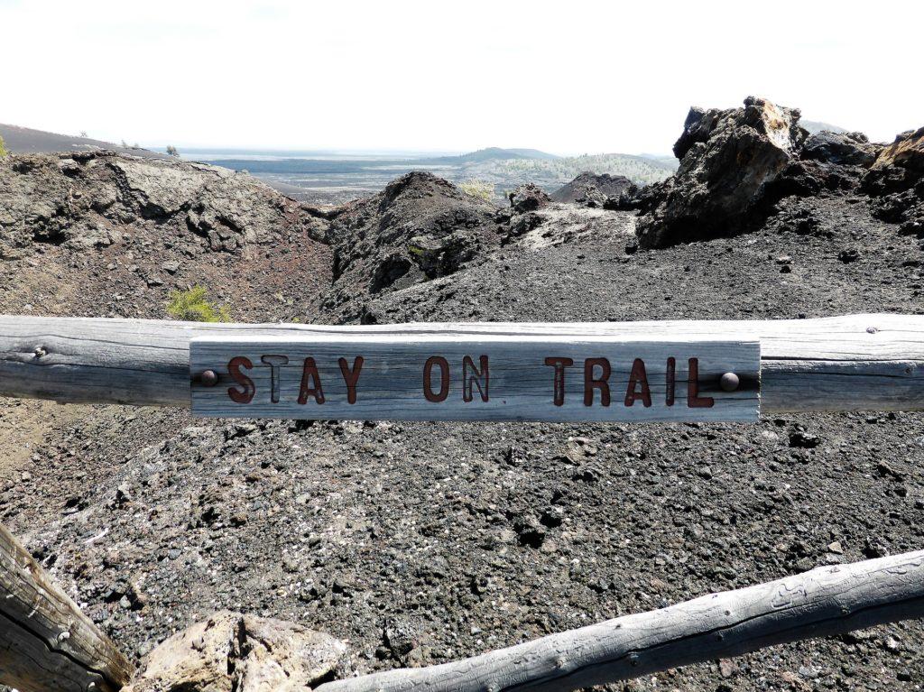 Национальные парки США: ограждение в парке лунные кратеры