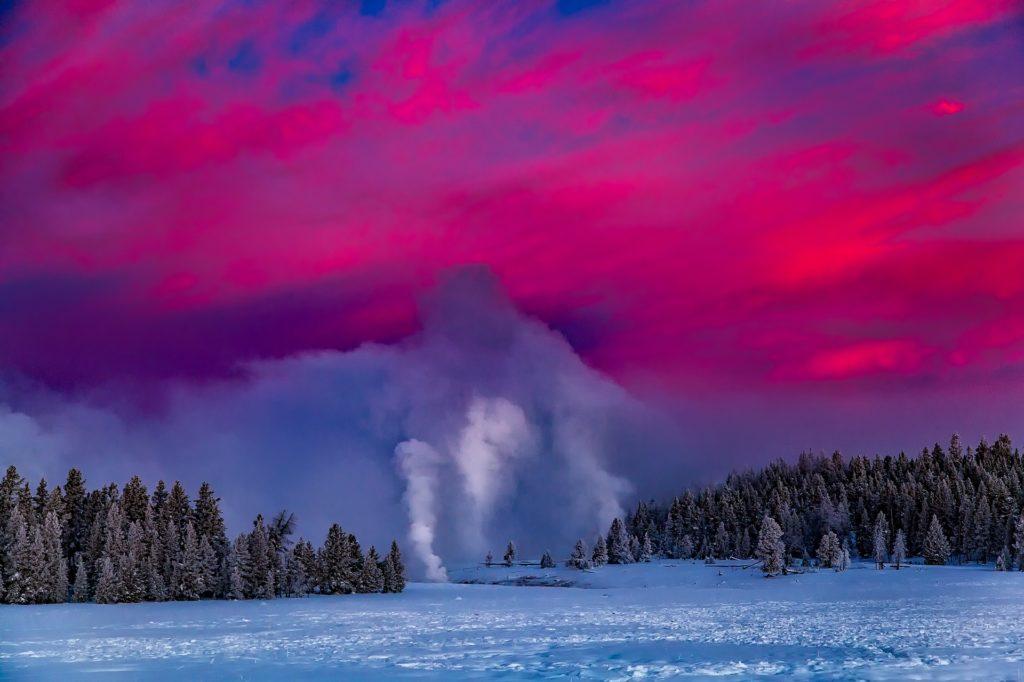 """Национальный парк Йеллоустоун, гейзер """"Старый служака"""" зимой"""